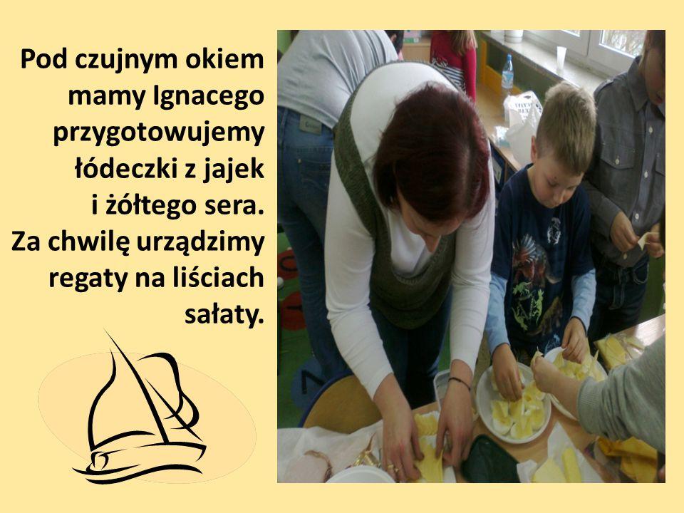 Pod czujnym okiem mamy Ignacego przygotowujemy łódeczki z jajek i żółtego sera. Za chwilę urządzimy regaty na liściach sałaty.