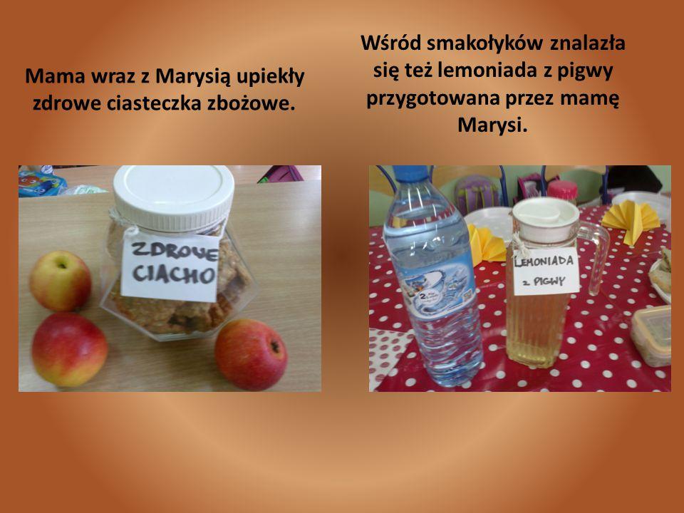 Mama wraz z Marysią upiekły zdrowe ciasteczka zbożowe. Wśród smakołyków znalazła się też lemoniada z pigwy przygotowana przez mamę Marysi.