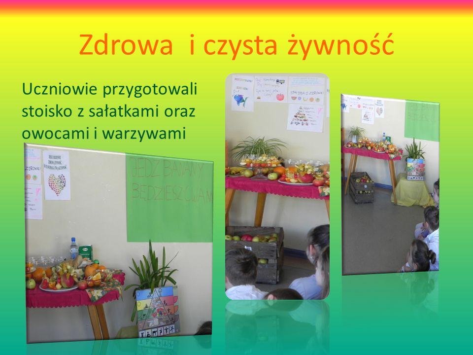 Zdrowa i czysta żywność Uczniowie przygotowali stoisko z sałatkami oraz owocami i warzywami
