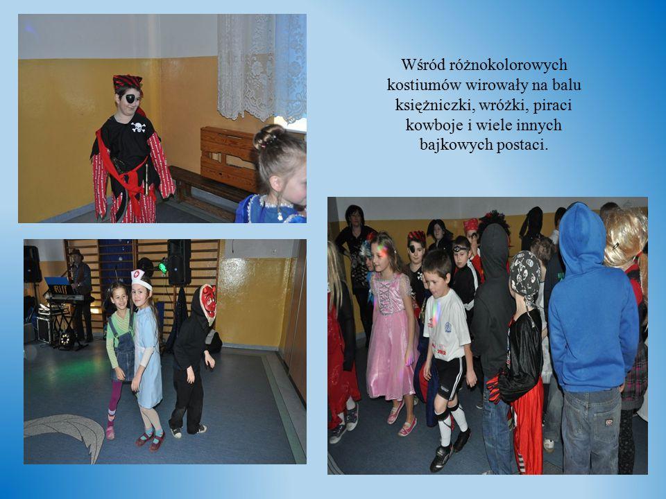 Wśród różnokolorowych kostiumów wirowały na balu księżniczki, wróżki, piraci kowboje i wiele innych bajkowych postaci.