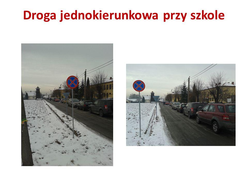 Droga jednokierunkowa przy szkole