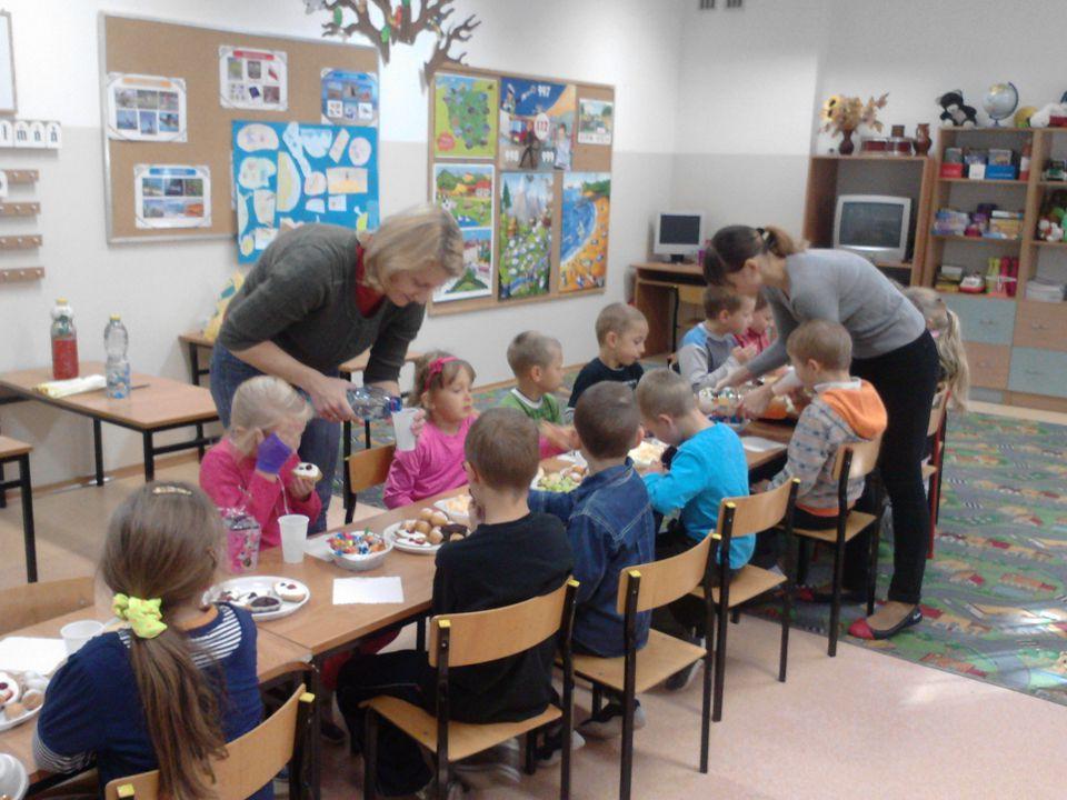 """Owoce i warzywa w szkole Podczas realizowanego programu """"Owoce i warzywa w szkole dzieci kilka razy w tygodniu zjadają wspólnie otrzymane owoce (jabłko, gruszkę, sok owocowy) i warzywa (marchewkę, rzodkiewkę, paprykę)."""
