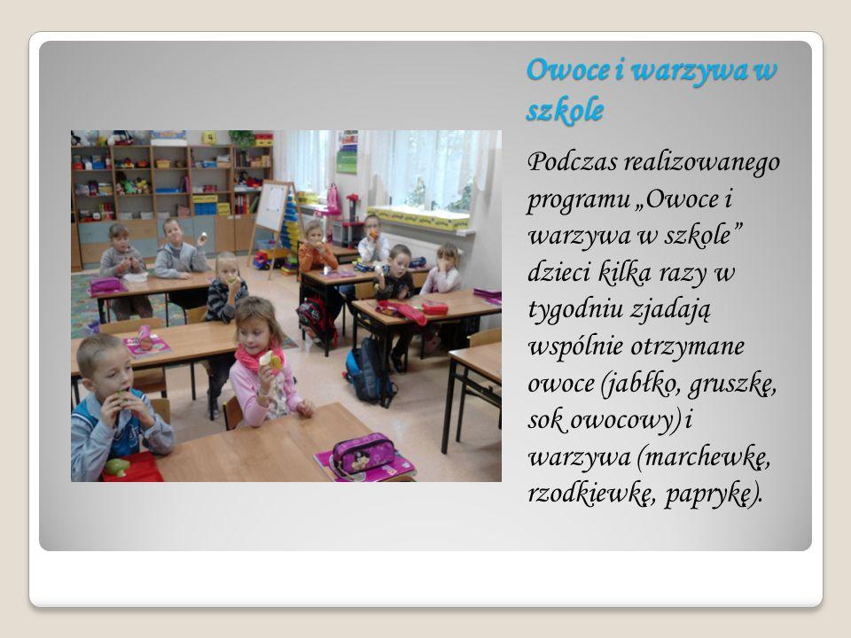"""Owoce i warzywa w szkole Podczas realizowanego programu """"Owoce i warzywa w szkole"""" dzieci kilka razy w tygodniu zjadają wspólnie otrzymane owoce (jabł"""