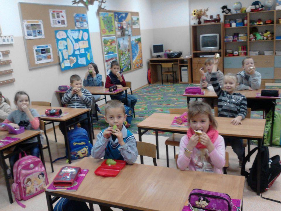Śniadanie daje moc Udział uczniów klasy I w tej ogólnopolskiej akcji propagującej zdrowy styl życia uzasadniony jest faktem, że małym dzieciom należy stworzyć warunki do zjedzenia śniadania.