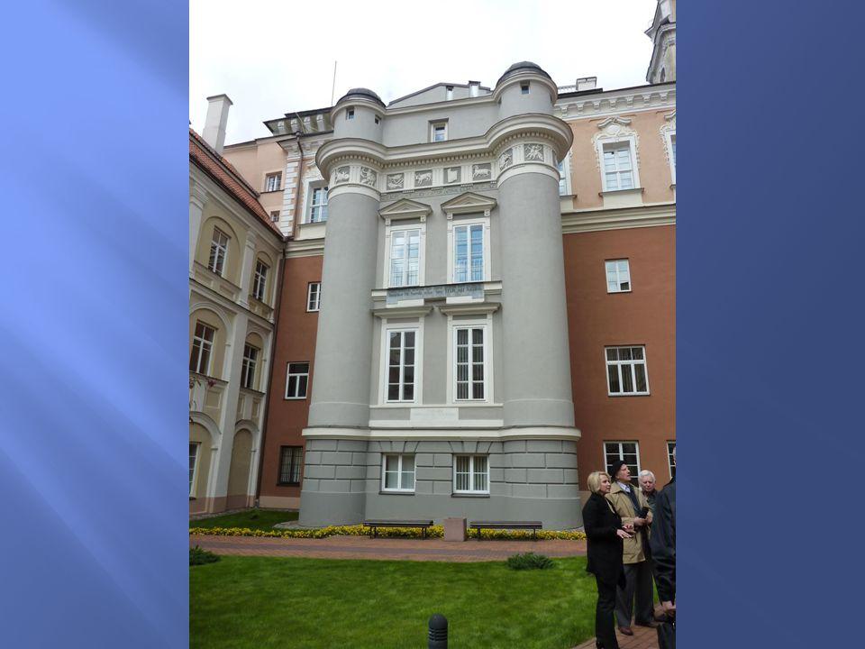 Budynki otaczaj ą ce Dziedziniec Wielki pochodz ą z czasu Kolegium Jezuickiego (wzniesionego w latach 1578-1620).