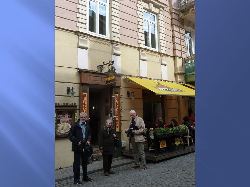Opuszczamy Uniwersytet i w samym centrum Starówki zasiadamy na zas ł u ż ony obiad.Tu znowu niespodzianka.