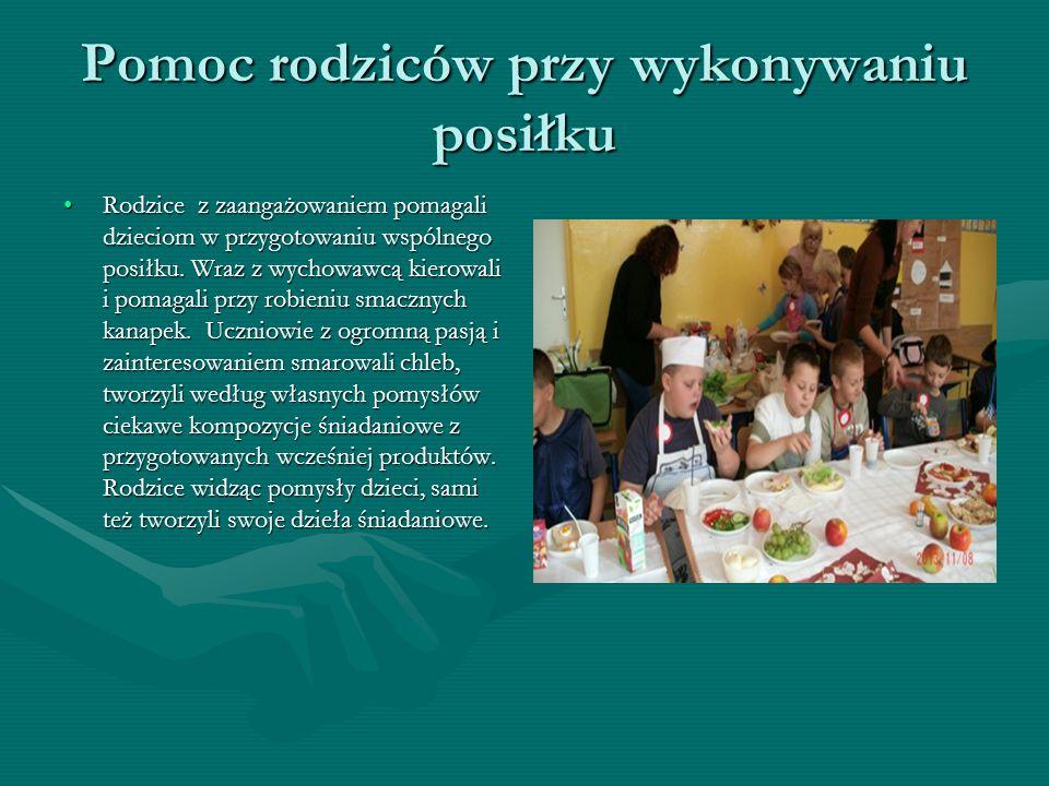 Pomoc rodziców przy wykonywaniu posiłku Rodzice z zaangażowaniem pomagali dzieciom w przygotowaniu wspólnego posiłku.