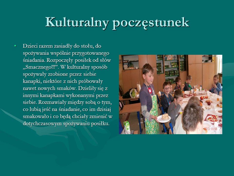 Kulturalny poczęstunek Dzieci razem zasiadły do stołu, do spożywania wspólnie przygotowanego śniadania.
