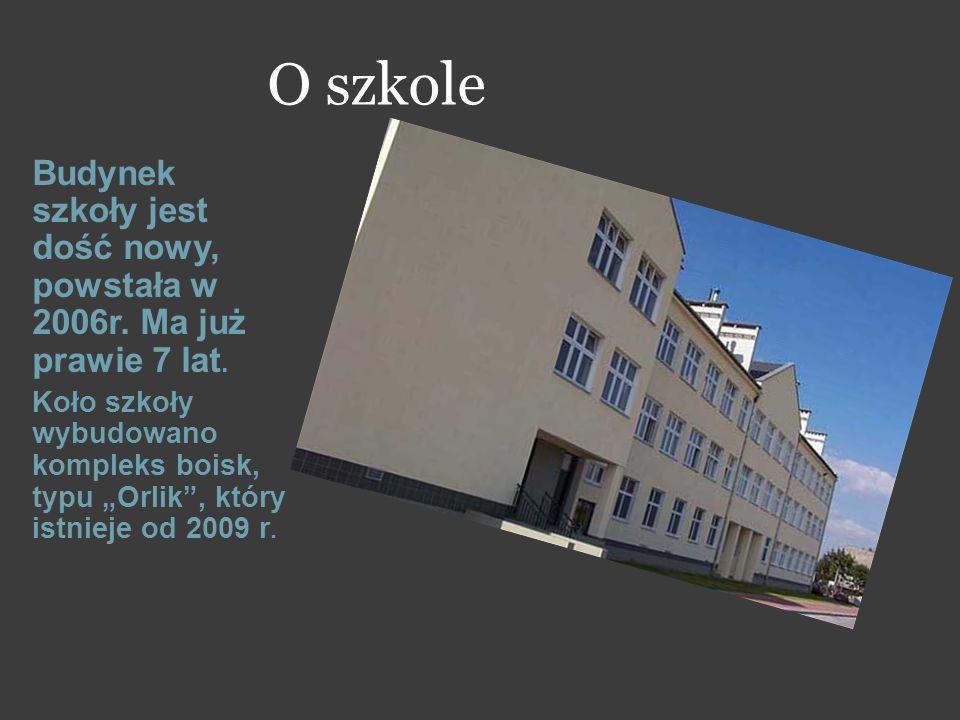 """O szkole Budynek szkoły jest dość nowy, powstała w 2006r. Ma już prawie 7 lat. Koło szkoły wybudowano kompleks boisk, typu """"Orlik"""", który istnieje od"""