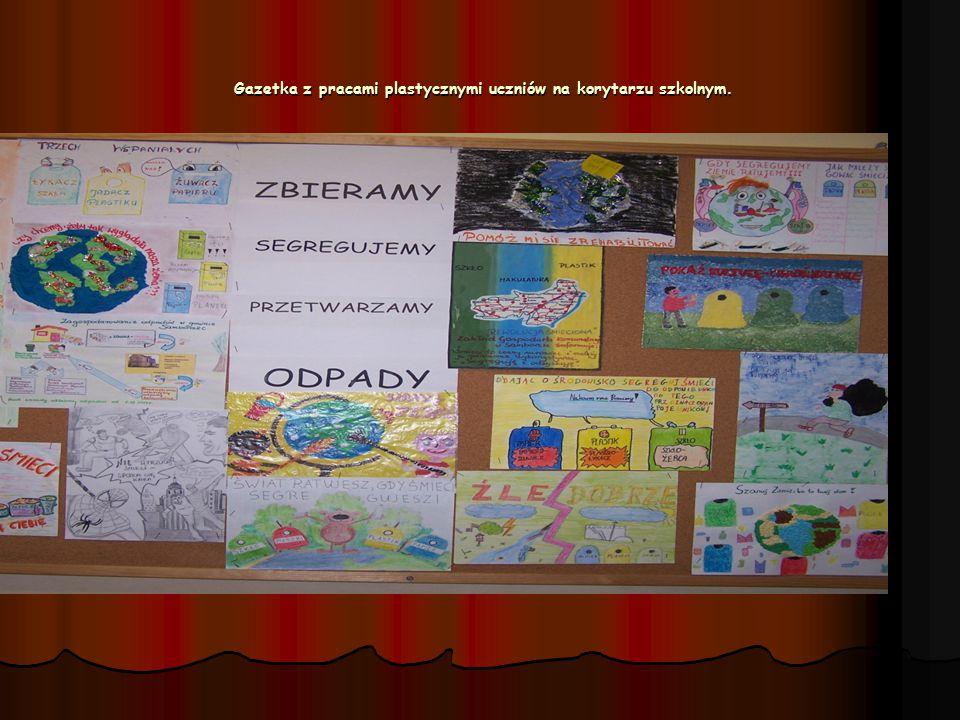 Gazetka z pracami plastycznymi uczniów na korytarzu szkolnym. Gazetka z pracami plastycznymi uczniów na korytarzu szkolnym.