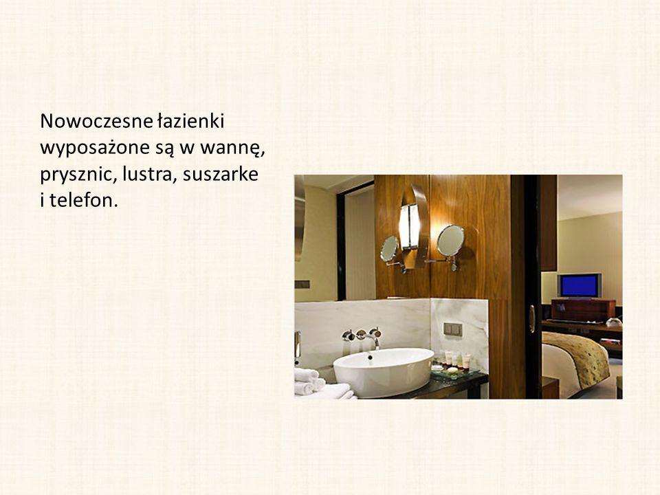Nowoczesne łazienki wyposażone są w wannę, prysznic, lustra, suszarke i telefon.