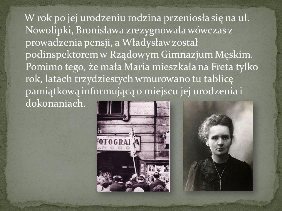 W rok po jej urodzeniu rodzina przeniosła się na ul. Nowolipki, Bronisława zrezygnowała wówczas z prowadzenia pensji, a Władysław został podinspektore
