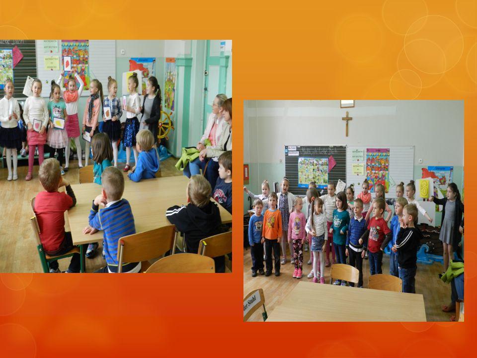 Uczennice klasy 1b nauczyły naszych przyszłych uczniów liczenia 1-12 w języku niemieckim.