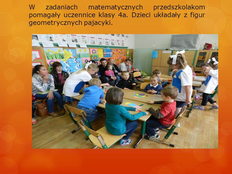 W zadaniach matematycznych przedszkolakom pomagały uczennice klasy 4a.