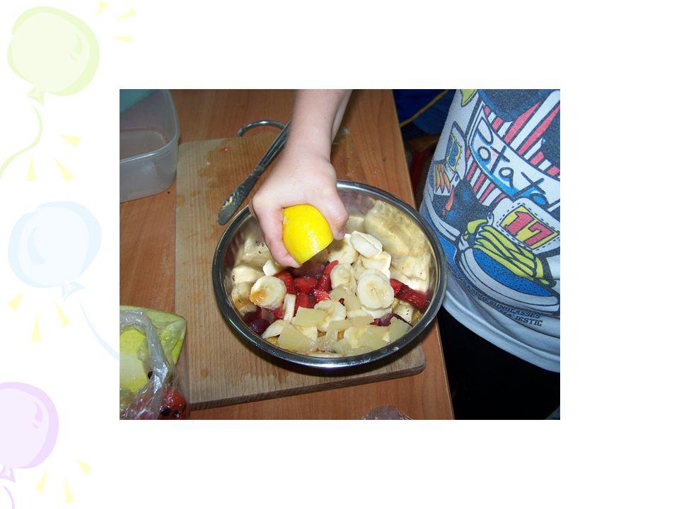 Pozostałe owoce pokrójcie w kostkę – nie za dużą, ale też nie za małą - taką na jeden kęs Włóżcie pokrojone owoce do miski.
