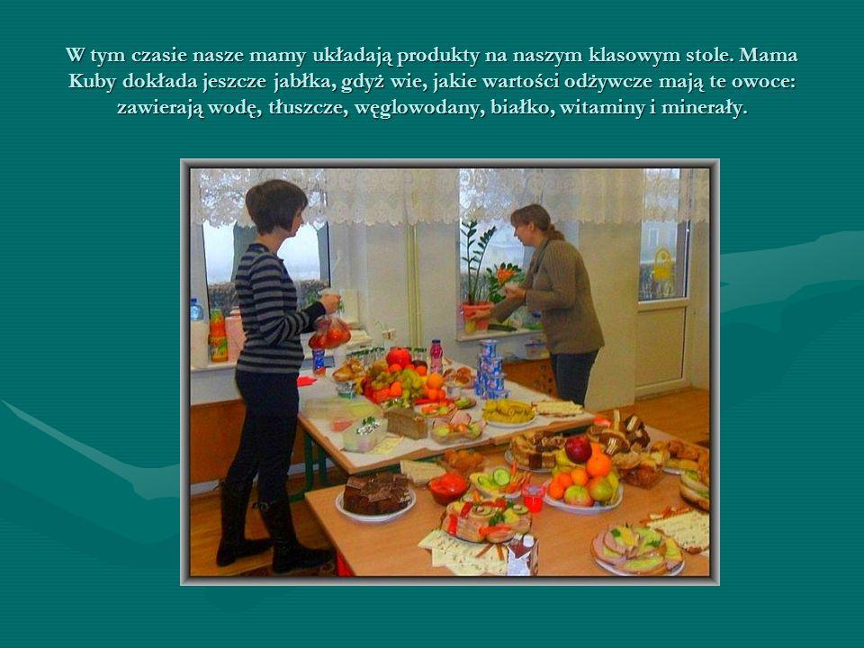 W tym czasie nasze mamy układają produkty na naszym klasowym stole. Mama Kuby dokłada jeszcze jabłka, gdyż wie, jakie wartości odżywcze mają te owoce: