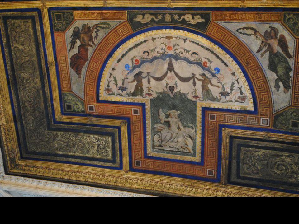 W Sali Sądowej zachowały się, pochodzące z różnych czasów, fragmenty dekoracji malarskiej sklepienia z wizerunkami założycieli Poznania, książąt Przem