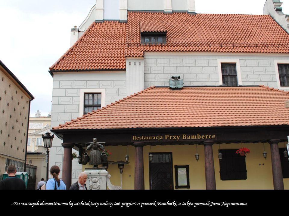 . Do ważnych elementów małej architektury należy też pręgierz i pomnik Bamberki, a także pomnik Jana Nepomucena