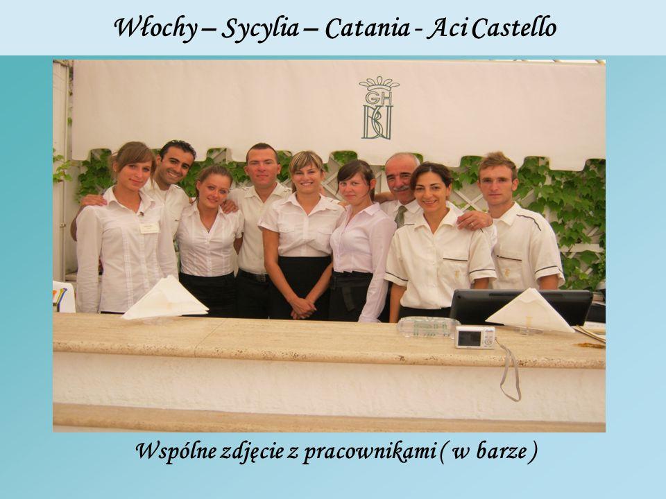 Włochy – Sycylia – Catania - Aci Castello Wspólne zdjęcie z pracownikami ( w barze )