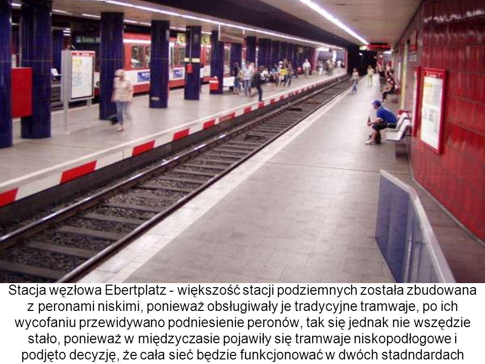Stacja węzłowa Ebertplatz - większość stacji podziemnych została zbudowana z peronami niskimi, ponieważ obsługiwały je tradycyjne tramwaje, po ich wyc