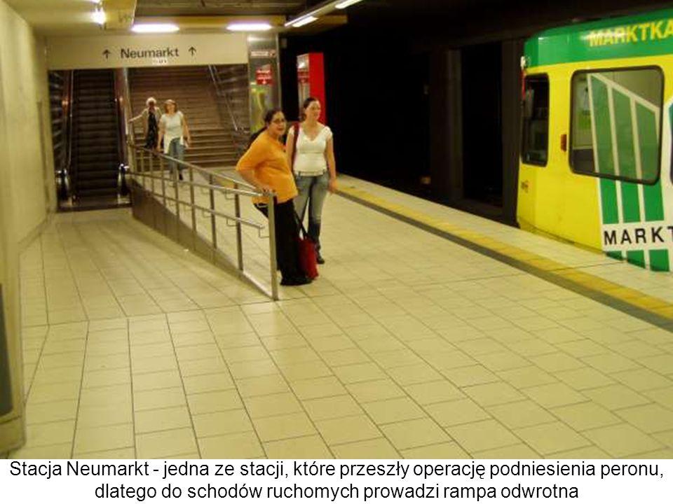 Stacja Neumarkt - jedna ze stacji, które przeszły operację podniesienia peronu, dlatego do schodów ruchomych prowadzi rampa odwrotna
