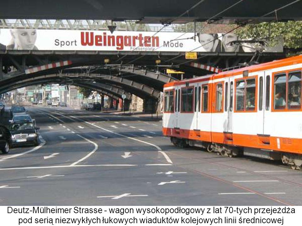 Deutz-Mülheimer Strasse - wagon wysokopodłogowy z lat 70-tych przejeżdża pod serią niezwykłych łukowych wiaduktów kolejowych linii średnicowej w dziel