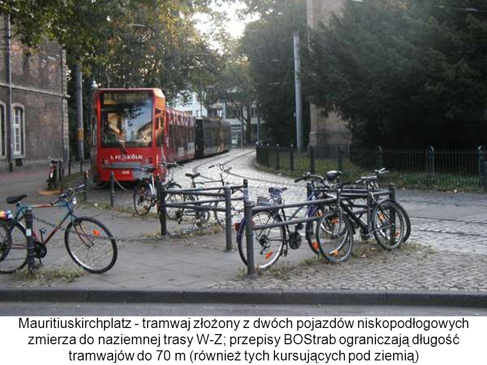 Mauritiuskirchplatz - tramwaj złożony z dwóch pojazdów niskopodłogowych zmierza do naziemnej trasy W-Z; przepisy BOStrab ograniczają długość tramwajów