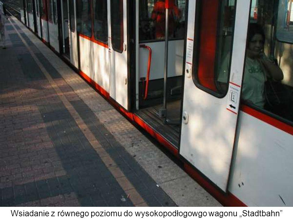 Wsiadanie z równego poziomu do wysokopodłogowgo wagonu Stadtbahn