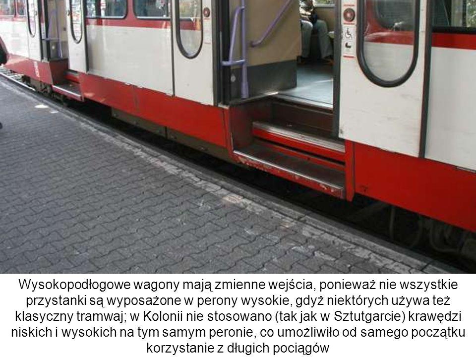 Wysokopodłogowe wagony mają zmienne wejścia, ponieważ nie wszystkie przystanki są wyposażone w perony wysokie, gdyż niektórych używa też klasyczny tra