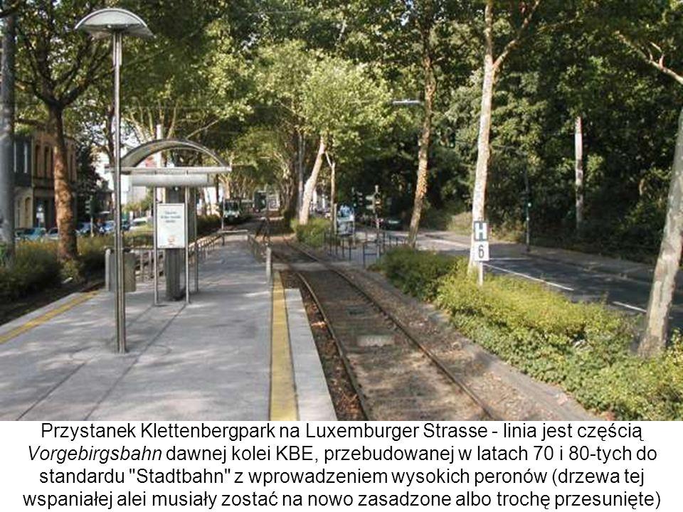 Przystanek Klettenbergpark na Luxemburger Strasse - linia jest częścią Vorgebirgsbahn dawnej kolei KBE, przebudowanej w latach 70 i 80-tych do standar