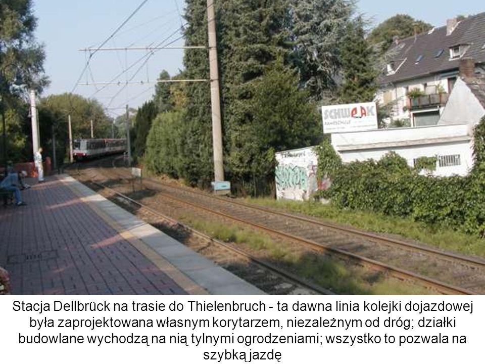 Stacja Dellbrück na trasie do Thielenbruch - ta dawna linia kolejki dojazdowej była zaprojektowana własnym korytarzem, niezależnym od dróg; działki bu