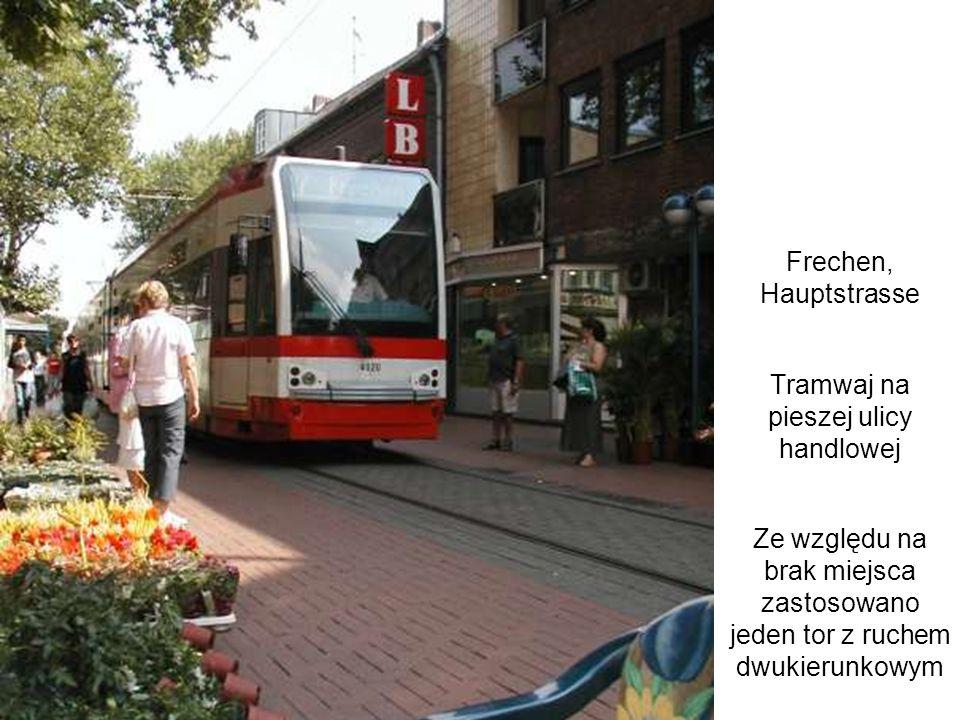 Frechen, Hauptstrasse Tramwaj na pieszej ulicy handlowej Ze względu na brak miejsca zastosowano jeden tor z ruchem dwukierunkowym