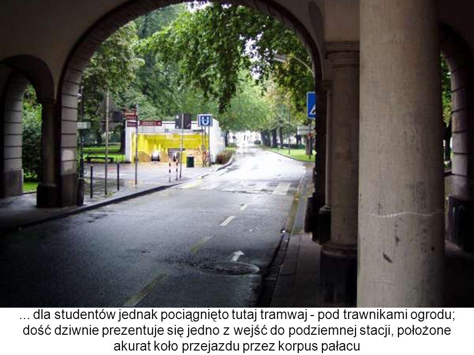 ... dla studentów jednak pociągnięto tutaj tramwaj - pod trawnikami ogrodu; dość dziwnie prezentuje się jedno z wejść do podziemnej stacji, położone a