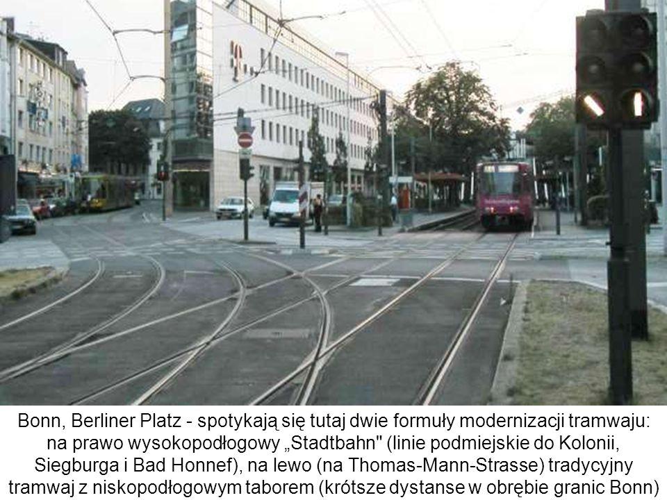 Bonn, Berliner Platz - spotykają się tutaj dwie formuły modernizacji tramwaju: na prawo wysokopodłogowy Stadtbahn
