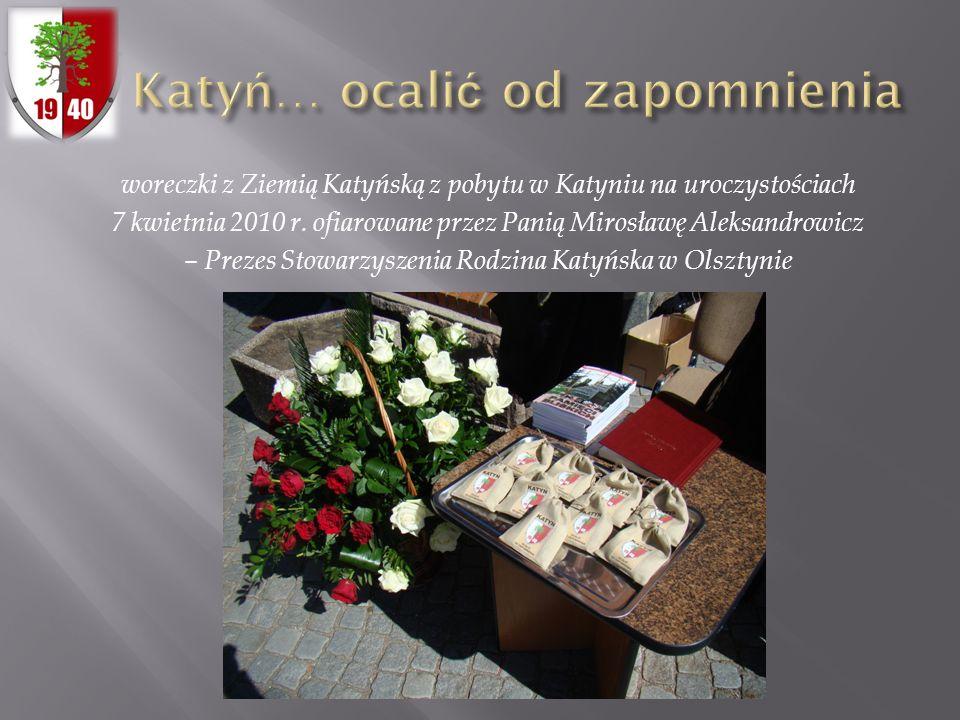 woreczki z Ziemią Katyńską z pobytu w Katyniu na uroczystościach 7 kwietnia 2010 r. ofiarowane przez Panią Mirosławę Aleksandrowicz – Prezes Stowarzys