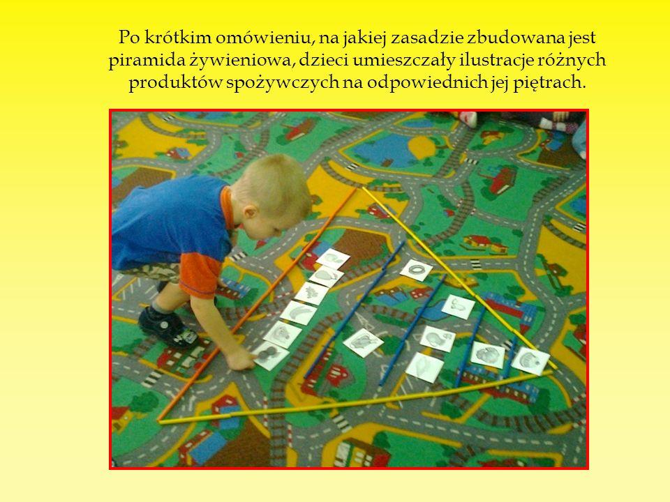 Po krótkim omówieniu, na jakiej zasadzie zbudowana jest piramida żywieniowa, dzieci umieszczały ilustracje różnych produktów spożywczych na odpowiednich jej piętrach.