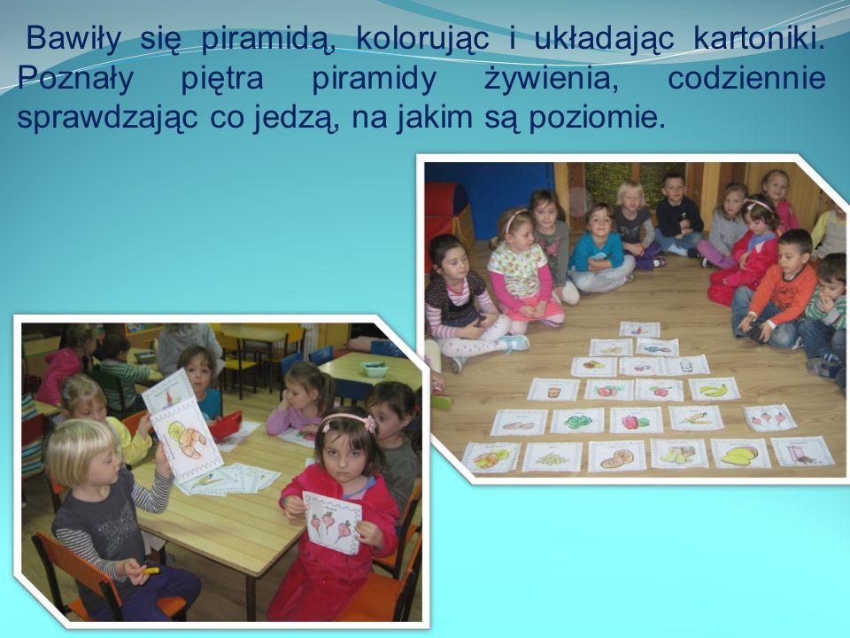 Bawiły się piramidą, kolorując i układając kartoniki.