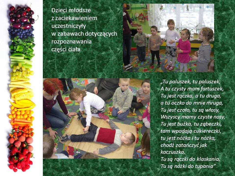 Dzieci młodsze z zaciekawieniem uczestniczyły w zabawach dotyczących rozpoznawania części ciała Tu paluszek, tu paluszek, A tu czysty mam fartuszek, T