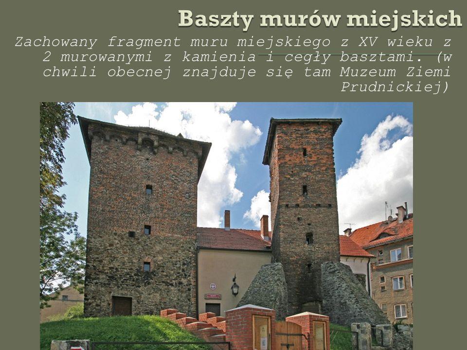 Zachowany fragment muru miejskiego z XV wieku z 2 murowanymi z kamienia i cegły basztami.