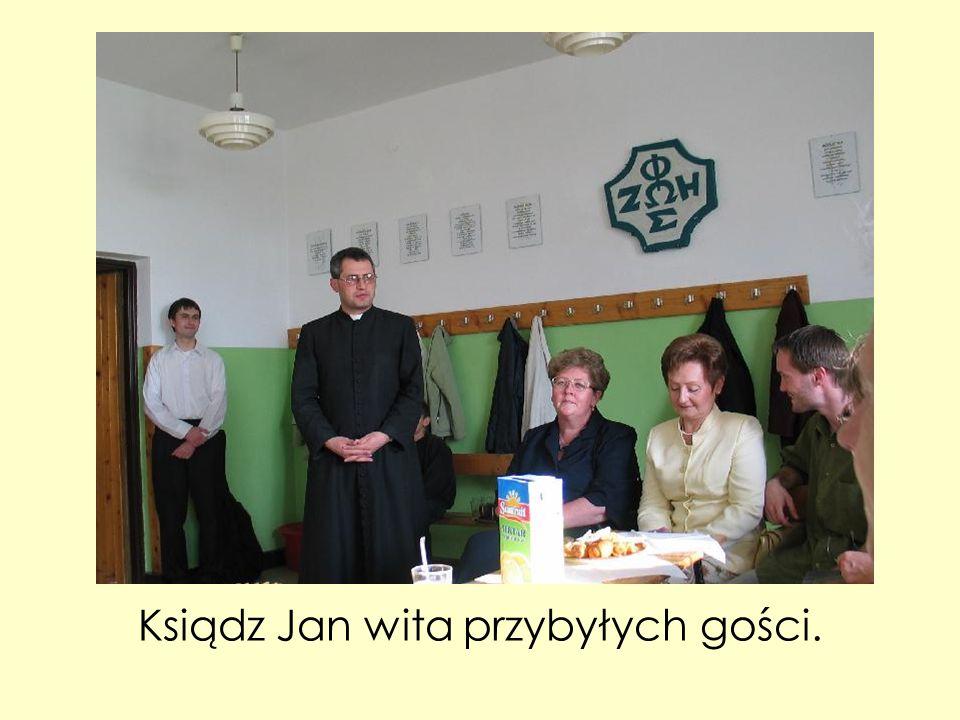 Ksiądz Jan wita przybyłych gości.