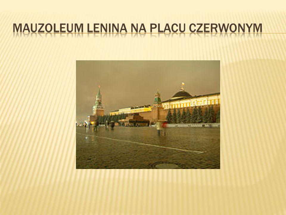 Pierwotnie plac Czerwony otaczała drewniana zabudowa, lecz z powodu niebezpieczeństwa pożaru usunięto ją na mocy edyktu Iwana III z 1493 roku. Nowo ot