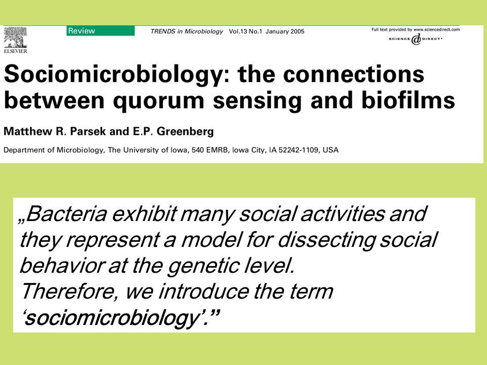 1.Zalety mikroorganizmów w badaniach zachowań socjalnych 2.Przypomnienie podziału zachowań socjalnych 3.Przykłady zachowań socjalnych mikroorganizmów: Wyczuwanie kworum – (ang.quorum sensing) Biofilmy Dobra publiczne Geny zielonej brody Produkcja toksyn Apoptoza jednokomórkowców - programowana śmierć PLAN dalszej części wykładu: