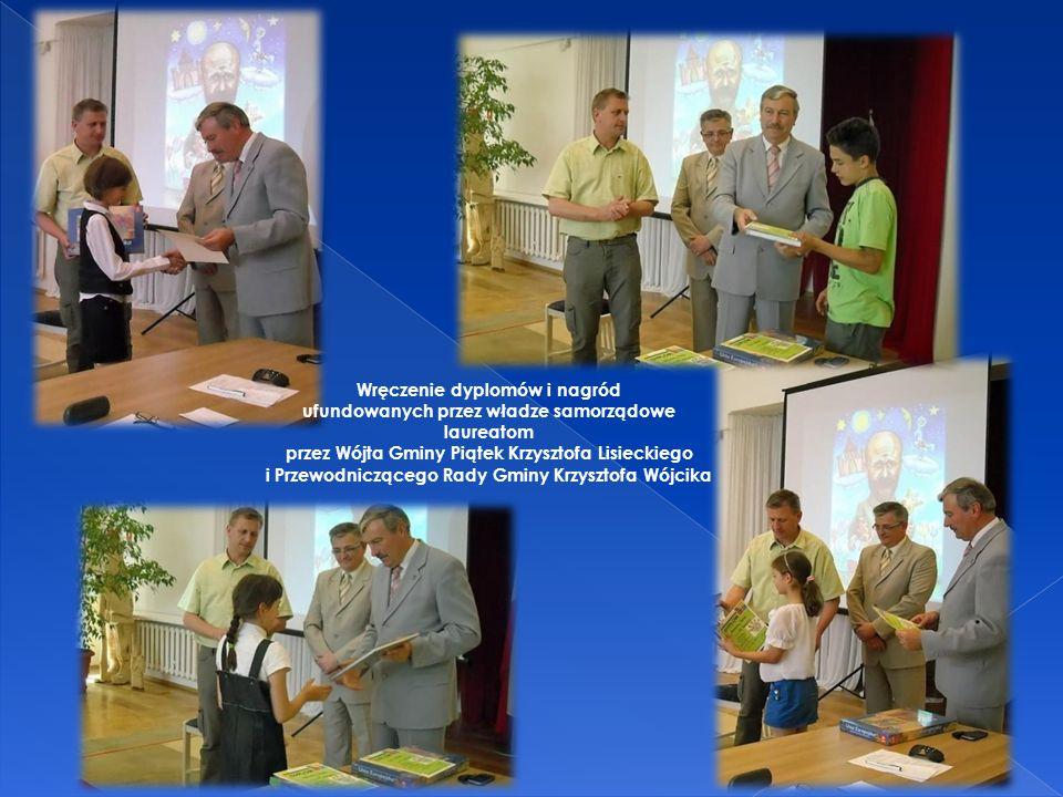 Wręczenie dyplomów i nagród ufundowanych przez władze samorządowe laureatom przez Wójta Gminy Piątek Krzysztofa Lisieckiego i Przewodniczącego Rady Gm