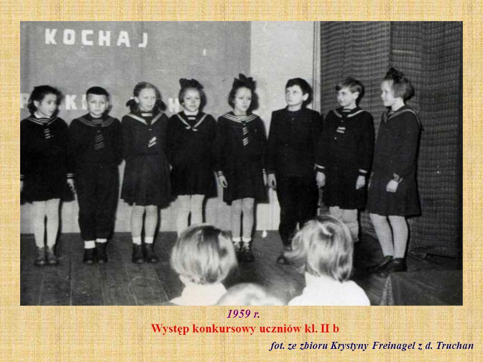 Czerwiec 1959 r. Dziewczęta z klasy VI b - lekcja wf fot. ze zbiorów Barbary Modliszewskiej
