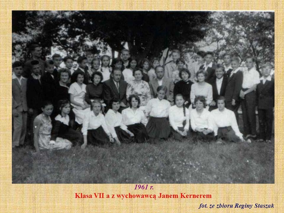 1961 r. Klasa VII b z wychowawczynią Ireną Jurkun fot. ze zbioru Reginy Staszak