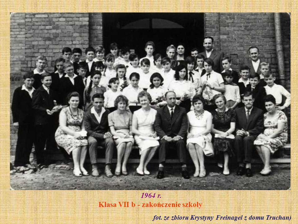 1965 r.Zakończenie roku szkolnego - klasa VII b (wychowawczyni Janina Gola) fot.