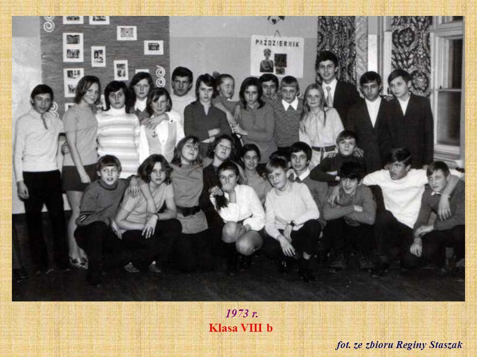 1974 r. Klasa I b z wychowawczynią Ireną Sołtysiak fot. ze zbioru Lidii Dyksy
