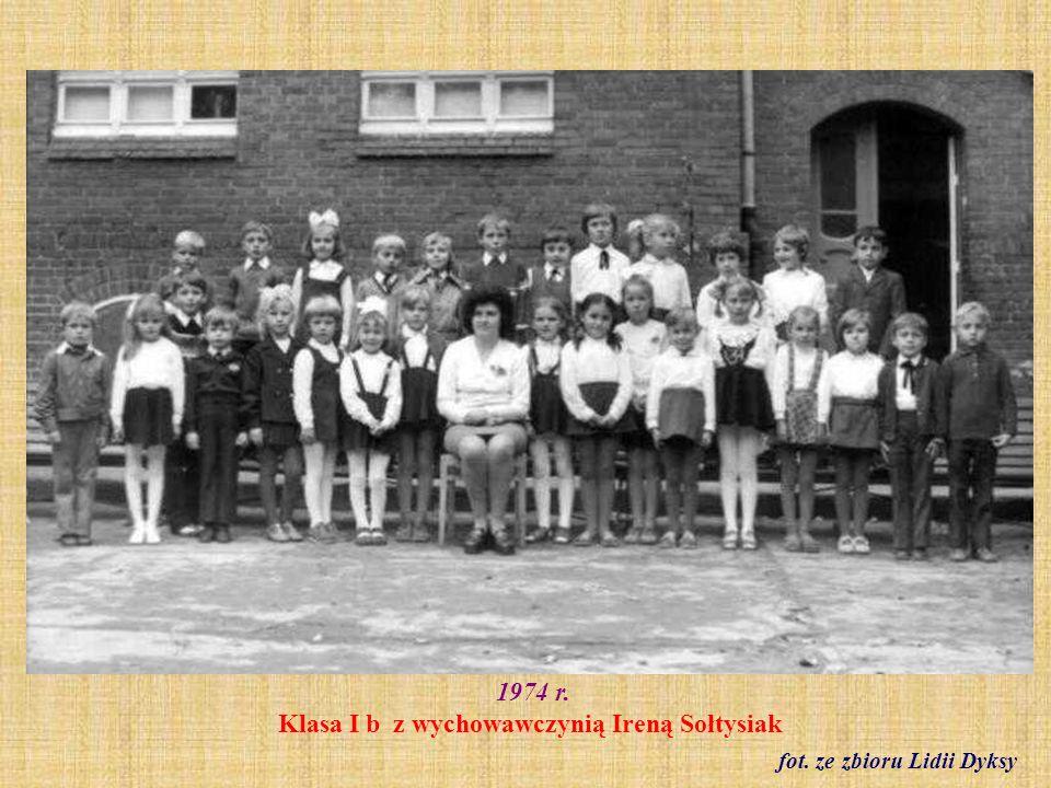 1974 r. Samorząd szkolny i klasowy pod opieką Ireny Kwidzińskiej fot. archiwum szkoły