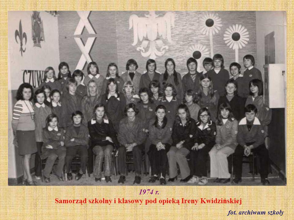 1974 r. Zespół wokalny pod kierownictwem Eugeniusza Brzozowskiego fot. archiwum szkoły