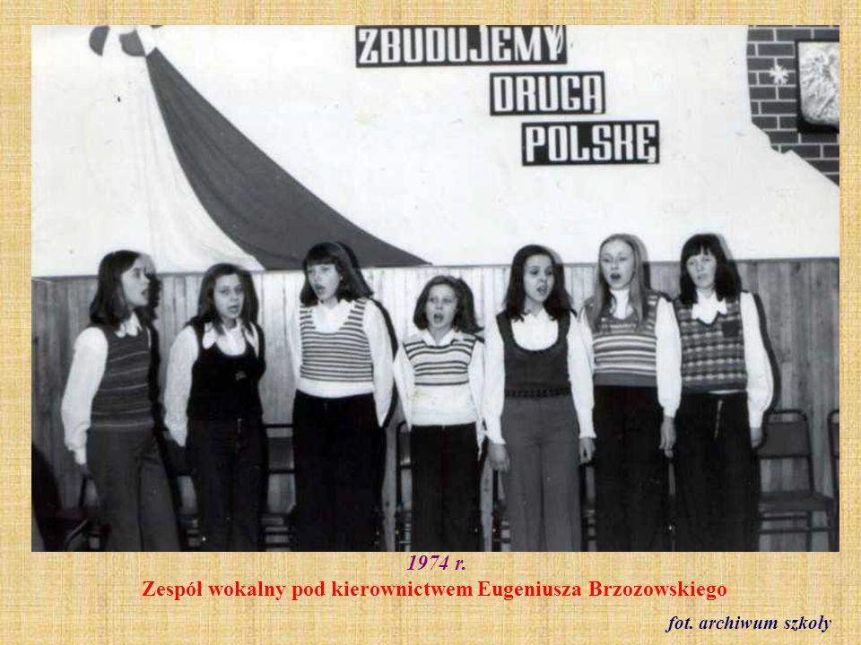 1974 r. Zakończenie roku szkolnego w dawnej siłowni obok szkoły fot. ze zbioru Reginy Staszak